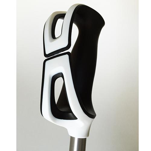 STRAPLESS GRIP - Scott Sports SA; MM Design -  Stapless Grip nasce per venire incontro a chi, sciando, non vuole legare al polso il bastoncino per paura di risultare impedito nei movimenti. La vera innovazione è costituita dalle ali laterali che sostituiscono il laccetto. La tenuta alla mano è garantita da due elementi forati che fasciano il dorso della mano e ne permettono l'uscita in caso di caduta e di liberarsi facilmente del bastoncino in caso di valanga