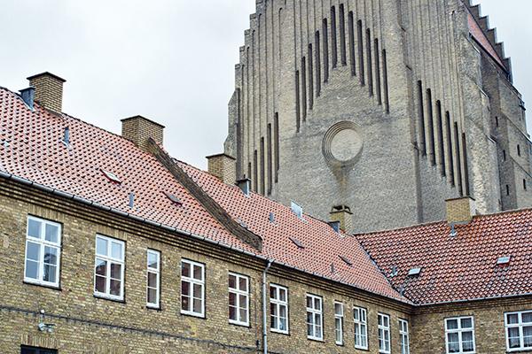 <em>Two Basilicas</em> di Heinz Emigholz - La chiesa di Grundtvigs (1913-1940) a Copenaghen, progettata da Peder Vilhelm Jensen-Klint e costruita da sei maestri muratori e dai loro assistenti nel periodo di ventisette anni, e la Cattedrale di Santa Maria Assunta (1290-1591) a Orvieto, progettata ed eseguita da molti maestri muratori e artigiani in un periodo di trecento anni. Come scrive il regista: «Uno scontro e un confronto tra due edifici ecclesiastici, che difficilmente potrebbero essere più diversi, ma anche un dialogo tra i vari concetti di chiesa e comunità. La cattedrale come una conquista della comunità di grande maestria e la chiesa come un dogma strettamente costruito. L'orizzontale incontra il verticale, il nord incontra il sud, il misticismo incontra la gioia di vivere, il protestantesimo incontra il cattolicesimo, la chiarezza incontra la complessità, tuttavia sono distribuiti quando si tratta dell'ideologia dei luoghi santi e della riflessione e della contemplazione resa possibile al loro interno: la bellezza dell'artigianato e le intenzioni politiche»