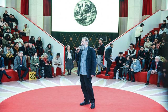 Il pubblico cinese ascolta le parole di Michele De Lucchi che ha tenuto la prima delle tre Master Class in programma allo Shanghai Exhibition Center
