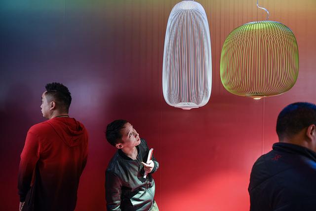 Lo spazio espositivo di Foscarini, uno dei 123 marchi top del design italiano presente in fiera. A seguire altri scatti tra gli standdel Salone del Mobile di Milano in trasferta aShanghai
