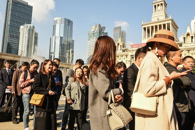 La folla nel primo giorno di apertura del Salone del Mobile a Shanghai
