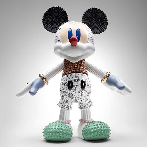 Per raccontare la sua energia sempre giovane Elena Salmistrarofa indossare a Topolino un chiodo e scarpe borchiate.<em>Mickey Forever Young</em> è prodotto da Bosa