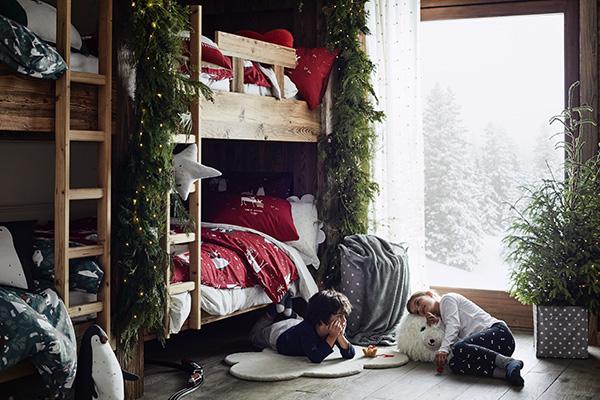 Per i bambini questo periodo dell'anno è davvero speciale. Ecco perché può essere divertente decorare anche la loro cameretta con lucine, rami di pino e lenzuola a tema. Il fatto che, con tutta probabilità, ci sia un albero di Natale in salotto non implica che non ce ne possa essere anche un altro nella stanza dei più piccoli come nella proposta di H&M Home