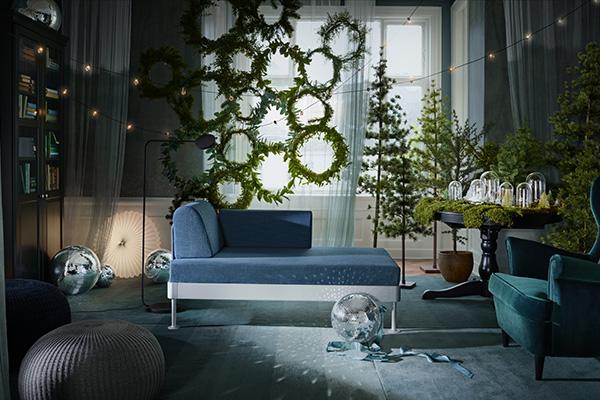 """Insieme all'albero di Natale, la ghirlanda è un must delle decorazioni. Non è più confinata alla porta d'ingresso, ma la tendenza la vede protagonista anche in altri angoli della casa: si appende alle finestre, sul soffitto, sopra un camino o come nel caso di Ikea si può dare libero sfogo alla fantasia e realizzare una scenografica """"parete"""" verde"""