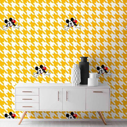 L'interior designer inglese Kelly Hoppen lancia una collezione di carte da parati disponibili in diverse fantasiecome il pied-de-poule (in foto). Si può acquistare sul sito<em>www.shopdisney.it</em>