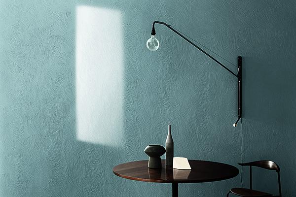 """Uno dei grigi della <a href=""""http://design.repubblica.it/2018/04/18/kerakoll-100-colori-firmati-lissoni/#1""""><em>Piero Lissoni Color Collection</em></a>, la proposta di pitture naturali e bio-friendly di <a href=""""http://www.kerakoll.com"""">Kerakoll</a>. La linea, disponibile in 100 colori, si caratterizza per tonalità intense che rispondono alle variazioni di luce, un tema ampiamente trattato nel  libro <em>Sfumature di grigio</em>"""