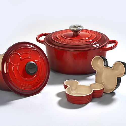 Le Creuset ha lanciato una  ricca collezione di cocotte e di coppette ramequin che si ispirano a Topolino