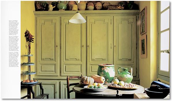 Anima rustica e colori molto chiari come il beige, il bianco e le tinte pastello caratterizzano una cucina dallo stile provenzale