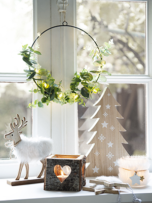 Secondo un secondo studio pubblicato sul <em>Journal of Environmental Psychology</em> chi a Natale decora gli esterni dell'abitazione aumenta il senso di comunità. Per condividere lo spirito natalizio con i vicini di casa arricchite anche davanzali e finestre con tipiche decorazioni come nell'esempio di Maisons du Monde