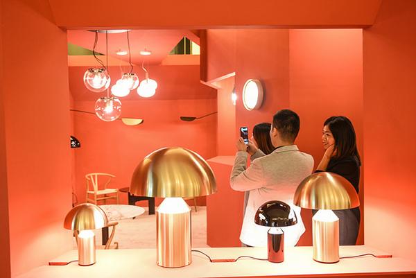 La lampada Atollo è protagonista dell'allestimento di Oluce