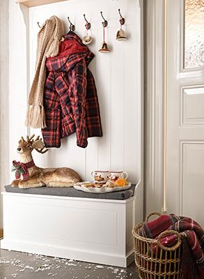 Per dare il benvenuto ai vostri ospiti non limitatevi alla sola ghirlanda da appendere al portone, concedete tutto il calore dell'atmosfera natalizia anche all'ingresso. Come nell'esempio di Villeroy&Boch: le palline dell'albero di Natale diventano decorazione per l'appendiabiti, un cervo evoca le magiche atmosfere dei paesaggi del nord Europa e una tazza fumante di tè speziato con il suo profumo invaderà tutta casa