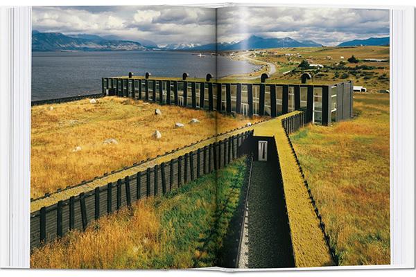 In Cile l'Hotel Remota si  ispira alle costruzioni per l'allevamento ovino della Patagonia. L'architetto Germàn Del Sol ha impiegato ad esempio il legno e il calcestruzzo e ha ricoperto l'area attorno all'edificio di erbe selvatiche