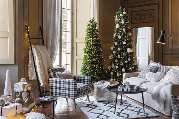 Il salotto è il cuore della casa in occasione delle festività: è qui che si ricevono gli amici e si sta in famiglia.Sono i dettagli a fare la differenza e a riscaldare l'ambiente come nella zona giorno di Coincasa in cui sono protagonisti ben due alberi di Natale