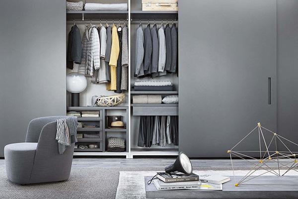 """«Il grigio è molto risposante in camera da letto», sostiene l'autriceKate Watson-Smyth. L'armadio <em>Ellevì</em> di <a href=""""http://www.lemamobili.com"""">Lema</a>hapreziosi dettagli in cuoio e tessuto come i tappetini per i cassetti e le scatole per i vani porta camicie"""
