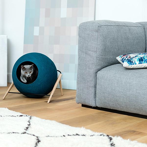 """<a href=""""http://www.meyou-paris.com"""">The Ball di Meyou</a> è la cuccia per gatti che richiama le forme di un grosso gomitolo. Realizzata in legno di faggio e metallo (prezzo 199 euro)"""