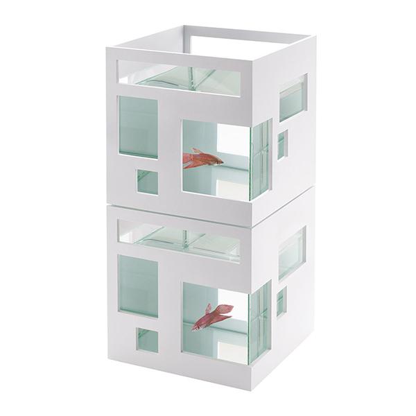 """Ha la forma di un piccolo palazzo con numerose finestre di diverse dimensioni: è l'originale acquario <em>Fish Hotel</em> di <a href=""""http://www.umbra.com"""">Umbra</a> (prezzo 45 euro)"""