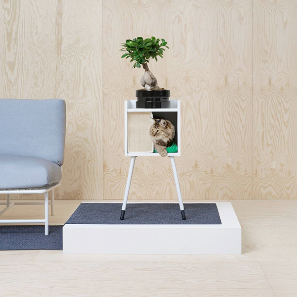 """La casetta per gatti della collezione <em>Lurving</em> di <a href=""""http://www.ikea.com"""">Ikea</a> può essere usata con le gambe (come in foto, prezzo 50 euro), essere fissata a parete o inserita nello scaffale <em>Kallax</em>"""