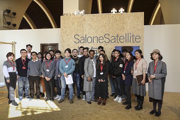 I giovani partecipanti della terza edizione del SaloneSatellite Shanghai con Marva Griffin, ideatrice e curatrice del premio