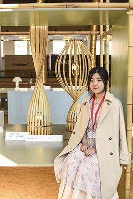<em>Flapping Bamboo</em>, il progetto che ha vinto l'edizione 2018 del Salone del Mobile.Milano Shanghai. La lampada disegnata da Huang Jing sfrutta l'elasticità del bambù, può essere usata con funzione da tavolo o da terra con intensità di luce diverse