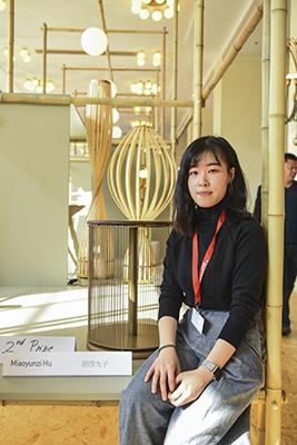 <em>Strings</em> di Miaoyunzi Hu si è aggiudicato ilsecondo posto. È un arredo dalla triplafunzione di comodino, tavolino e sgabello: grazie alla flessibilità e alla rotazione deglielastici può facilmente contenere oggetti di varie dimensioni