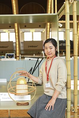 A Ruixue Song è andato il terzo premio per <em>Lantern</em>, lampada ispirata alle gabbie in bambù per uccelli, posizionabile in due modi e trasportabile a mano come lanterna