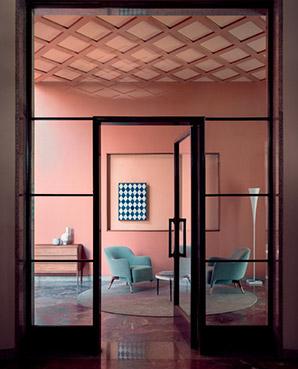 Ci troviamo vicino al Lago Maggiore, nel Parco del Ticino. Qui sorge Villa Carminati, progettata dall'architetto Romeo Moretti tra il 1938 e il 1939. In foto MHC.1, una riedizione del prototipo del primo mobile moderno realizzato da Molteni&C, il cassettone disegnato da Werner Blaser