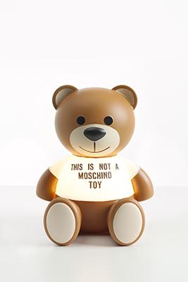 """Per l'amica con un debole per la moda o per le eterne bambine. Toy è la lampada da tavolo di <a href=""""http://www.kartell.com"""">Kartell</a> che cita l'orsetto di Moschino rilanciato dallo stilista Jeremy Scott (188 euro)"""