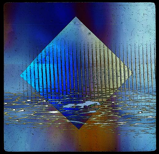 """NAPOLI - Il museo <a href=""""http://www.fondazioneplart.it/"""">Plart</a> racconta un aspetto speciale della poliedrica attività di <a href=""""http://design.repubblica.it/2017/03/13/il-mef-di-torino-racconta-bruno-munari/"""">Bruno Munari</a>. La mostra <em>I colori della luce</em><a href=""""http://design.repubblica.it/2018/11/29/i-colori-della-luce-di-bruno-munari/#1""""></a> è un viaggio alla scoperta di come negli anni Cinquanta il grande artista esplorò la possibilità di dipingere con la luce. Fino al 20 marzo (nella foto Vetrini a luce polarizzata 1953, materiali vari courtesy Miroslava Hajek)"""