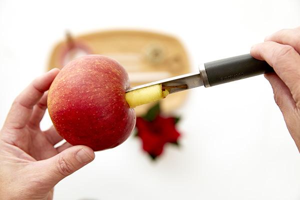 Fase 1: per prima cosa occorre svuotare il centro delle mele con il levatorsolo (foto Stars For Europe)