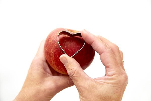 Fase 2: premere lo stampino per biscotti a forma di cuore nella mela e rimuovere la polpa (foto Stars For Europe)