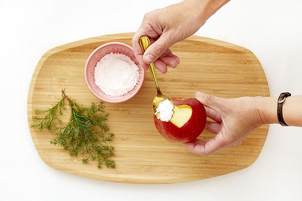 Fase 3: Cospargere lo zucchero a velo nei fori a forma di cuore nelle mele (foto Stars For Europe)