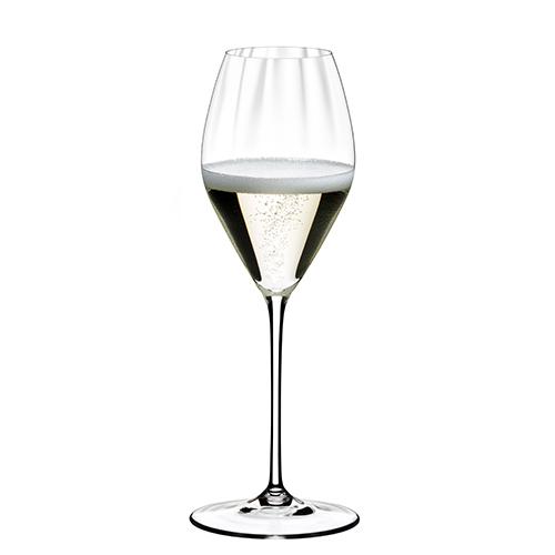 """Il calice della collezione <em>Performance</em>di <a href=""""https://www.riedel.com/it-it"""">Riedel</a> dedicato allo Champagne: l'azienda ha aumentando la superficie interna delbicchiere, così si ottiene un impatto ulteriormente positivo sulla percezione del bouquet e degli aromi del vino (2 pezzi 44,90 euro)"""