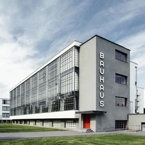 """SAN PAOLO (Brasile) - Nel 2019 si festeggia il centenario del Bauhaus, la scuola di design più importante del XX secolo (nella foto di Tillmann Franzen). Tra i numerosi eventi in programma (specialmente il prossimo anno in Germania, <a href=""""https://www.bauhausfestival.de/"""">qui il programma</a>), è partita l'esposizione itinerante <em>Bauhaus Imaginista</em>. La mostra si suddivide in 4 capitoli e fino al 6 gennaio è ospite alla <a href=""""http://www.sescsp.org.br"""">SESC Pompéia</a> per analizzare il tema <em>Learning From </em>. Lo scopo è raccontare l'interesse del Bauhaus per le culture materiali indigene e pre-moderne"""