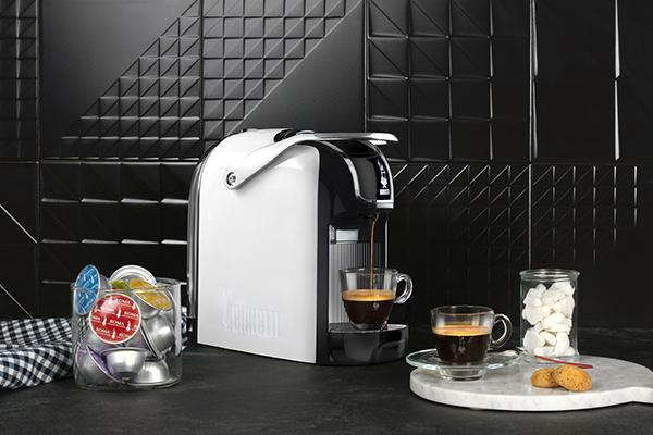 """Passione caffè: la nuova Break di <a href=""""https://www.bialettistore.it/"""">Bialetti</a>è la macchina espresso compatta. Ha una profondità di appena 29,4 centimetri per cui è particolarmente indicata per chi ha poco spazio in <a href=""""http://design.repubblica.it/2018/10/12/professione-cucina/"""">cucina</a> (79,99 euro)"""