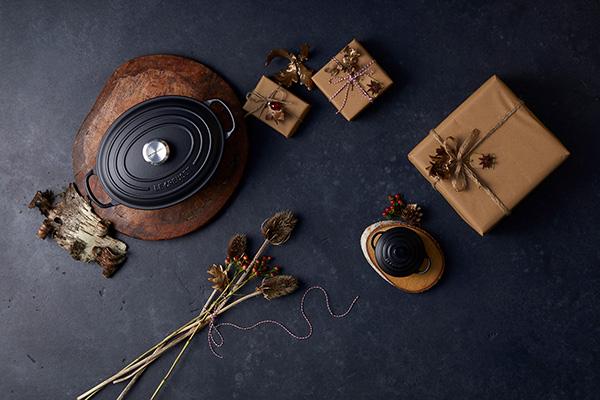 """Per chi ama passare il tempo tra i fornelli la nuova limited edition <em>Black is Beautiful</em> firmata <a href=""""http://www.lecreuset.it/"""">Le Creuset</a>. La collezione è in ghisa smaltata e comprende sia prodotti per cucinare che accessori nella versione lucida o matt (da 15 euro)"""