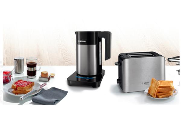 """Per quelli che """"la <a href=""""http://design.repubblica.it/2017/02/06/ispirazioni-dal-mondo-la-colazione-e-servita%e2%80%a8/"""">colazione</a> è il pasto più importante della giornata"""" il kit di <a href=""""http://www.bosch-home.com"""">Bosch</a>:  il tostapane ComfortLine è sicuro poiché è dotato di sistema di spegnimento automatico che si attiva nel caso in cui l'apparecchio si ribalti o le fette restino bloccate (69,90 euro)"""