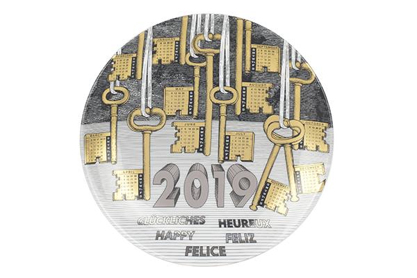 """È ormai un cult che appassiona collezionisti e amanti del design: il piatto <em>Piatto Calendario</em> di <a href=""""http://www.fornasetti.com"""">Fornasetti</a>. L'edizione 2019, prodotta in soli 700 pezzi, è realizzata in  porcellana con oro e platino. L'immagine ritrae una moltitudine fitta di chiavi, un buon auspicio per il nuovo anno (280 euro)"""