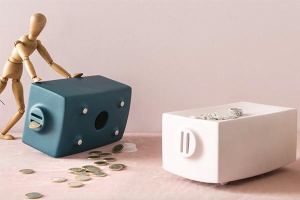 """È uno svuotatasche, ma anche un salvadanaio. Teo Doro della lineaCoDe di <a href=""""http://www.calligaris.com"""">Calligaris</a> è realizzato in ceramica ed è disponibile in diversi colori (89 euro)"""