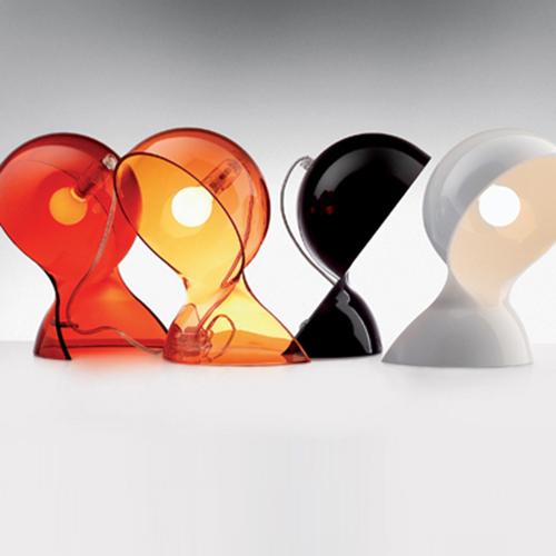 """La riedizione di <em>Dalù</em> , la lampada d'epoca firmata Vico Magistretti per <a href=""""https://www.artemide.com/"""">Artemide</a>. Progettata nel 1969,  conserva il suo design originale ed è costituita da un corpo unico in materiale termoplastico. Diffonde una luce piacevole che non abbaglia (85 euro)"""