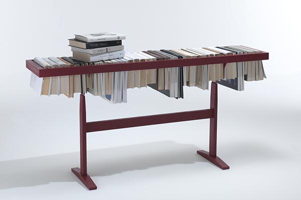 """Per gli appassionati di libri <em>Booken</em> di <a href=""""https://www.lemamobili.com/it/"""">Lema</a>. È un arredo multifunzione che funge contemporaneamente da tavolino, mensola e libreria. I volumi si appendono agli appositi supporti realizzati in rovere (486 euro)"""