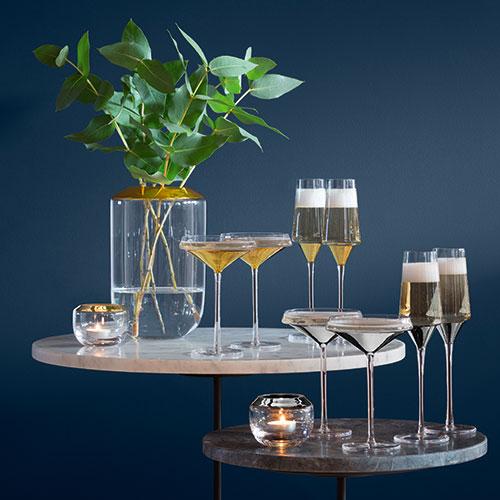 "La serie <em>Space</em> di<a href=""https://www.lsa-international.com"">LSA International</a> è realizzata in vetro soffiato e si impreziosisce di un decoro a fascia oro o platino (set di 2 flute o coppe 70 euro)"