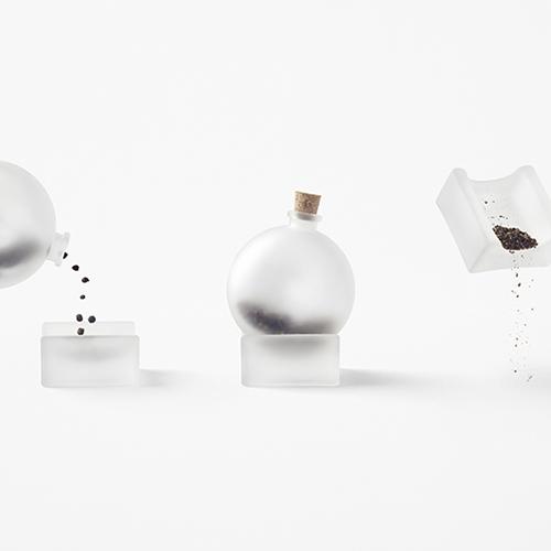 """La trasparenza, un elemento chiave del lavoro di <a href=""""http://design.repubblica.it/2018/12/01/nendo-a-casa-di-escher/"""">Nendo</a>, è proposta anche in <em>Bottle of spices</em>, un macinapepe realizzato per <a href=""""http://www.valerie-objects.com"""">Valerie Objects</a>. Perché? L'idea è di guardare i granelli di questa spezia proprio come le gocce di pioggia attraverso una finestra (30 euro - foto Akihiro Yoshida )"""