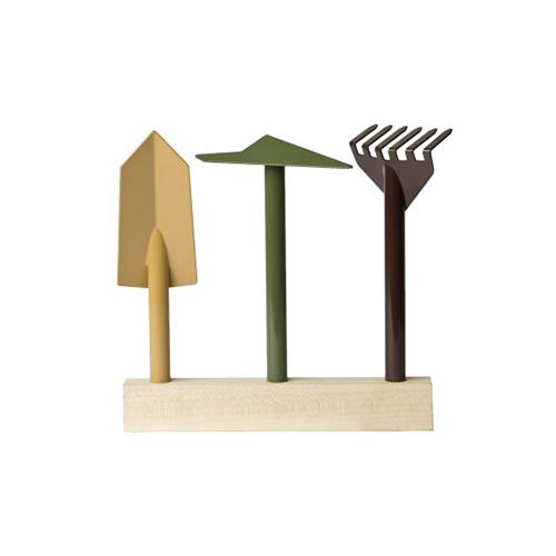 """Per chi ha il pollice verde: <em>Orte</em> è il set da <a href=""""http://design.repubblica.it/2017/05/02/valorizzare-il-giardino-in-un-libro-100-piante-immortali/"""">giardino</a> progettato da Giulio Iacchetti per <a href=""""http://www.internoitaliano.com"""">Interno Italiano</a>. Composto da zappetta, rastrello a sei denti, paletta e base in legno su cui possono essere riposti a fine lavoro (135 euro)"""