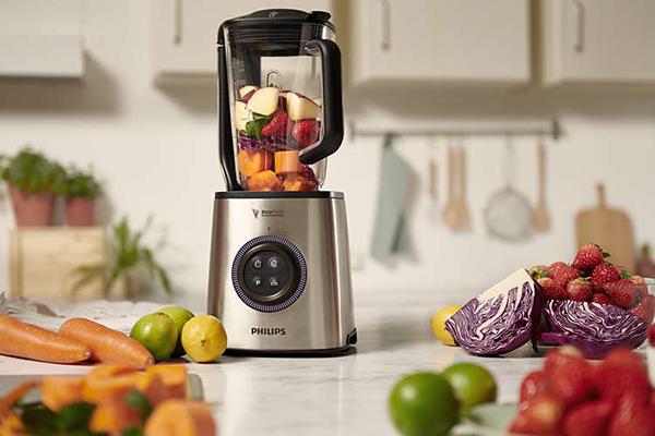 """Un'idea per gli amanti della sana alimentazione: il frullatore <em>High Speed Vacuum</em> di <a href=""""https://www.philips.it/"""">Philips</a> si caratterizza per la funzione sottovuoto che mantiene i frullati freschi per tutta la giornata (299,99 euro)"""