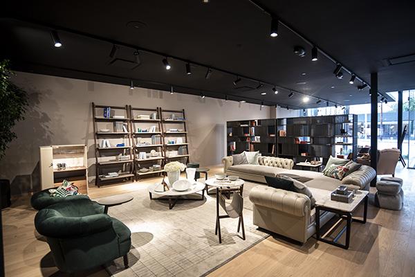 Lo showroom accoglie sia arredi contemporanei, come  il divano Let it Be di  Ludovica+Roberta Palomba, che pezzi classici come la poltrona 1919