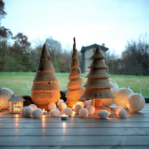 """Per i fanatici delle festività natalizie un <a href=""""http://design.repubblica.it/2018/12/04/le-idee-regalo-per-la-casa/#1"""">dono</a> artigianale. <a href=""""http://www.riva1920.it"""">Riva 1920</a> reinterpreta l'albero di Natale trasformandolo in un cono stilizzato realizzato in legno di cedro profumato (110 euro)"""