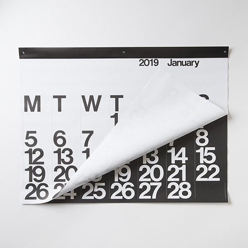 """Font Helvetica e solo due colori utilizzati, il bianco e il nero. È <a href=""""http://www.stendigcalendars.co.uk""""><em>Stendig</em> di Massimo Vignelli</a>, l'unico <a href=""""http://design.repubblica.it/2018/01/03/calendari-sette-idee-per-il-2018/"""">calendario</a> presente nella collezione permanente del MoMA di New York. È adatto a grandi pareti e ha una striscia di rilegatura superiore con tre occhielli neri per essere sicuri che venga appeso correttamente (circa 50 euro)"""