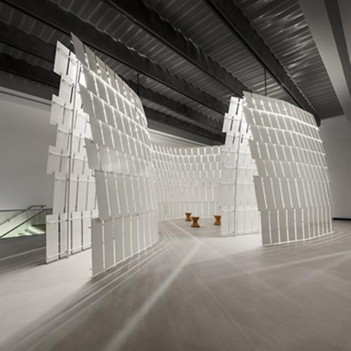 """ROMA - <a href=""""http://design.repubblica.it/2018/12/07/de-lucchi-racconta-il-suo-anello-mancante/#1"""">Michele De Lucchi</a> partecipa al ciclo di esposizioni <em>Nature</em> del <a href=""""https://www.maxxi.art/"""">Maxxi</a> di Roma e presenta l'installazione <em>L'Anello Mancante</em><a href=""""http://design.repubblica.it/2018/11/28/lanello-mancante-di-de-lucchi-al-maxxi-di-roma/""""></a>. Un elemento scultoreo aperto e percorribile poiché si può visitare con tre percorsi: uno interno, uno esterno e uno che corrisponde alla """"piazzetta"""" centrale. Fino al 3 marzo (foto Tom Vack)"""