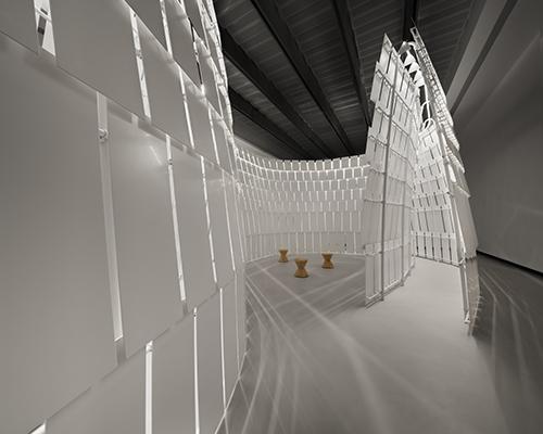 """L'opera si può visitare con tre percorsi: uno interno, uno esterno e uno che corrisponde alla """"piazzetta"""" centrale  (foto Tom Vack)"""