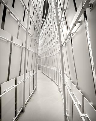 L'Anello mancante è un'opera costituita da una struttura metallica rivestita da scandole rettangolari in solid surface e interamente sviluppata e realizzata dallo sponsor tecncico UniFor (foto Tom Vack)